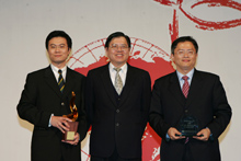 Excellent Public Service Award The winner and other nominated company representatives, stand with the presenter, Mr. Tien-Mu Huang, the Director General of the Insurance Bureau, the Financial Supervisory Commission, Executive Yuan.